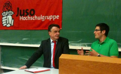NRW Verkehrsminister Mike Groschek lauscht  Moderator und AStA-Verkehrsreferent Maurizio Graw